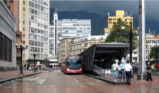 Bogota_TransMilenio_transitpoint_25_May_2008_By_S2RD2_MK_B